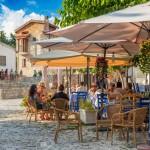 49014783-omodos-cipro-4-ottobre-2015-caffè-di-strada-con-i-turisti-il-4-ottobre-nel-villaggio-di-omodos-distret